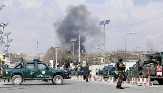 Miembros de las Fuerzas de Seguridad de Afganistán vigilan en las inmediaciones del hospital de Sardar Daud Khan después de ser objetivo de un ataque. EFE