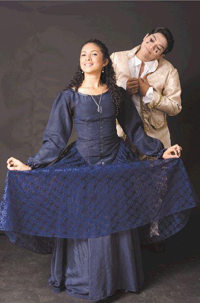 Cindy Nicaragua y Dany Aráuz, en el papel de Colombina y Perrot en la obraLa eterna aventura de Pierrot y Colombina. LAPRENSA/OSCAR NAVARRETE