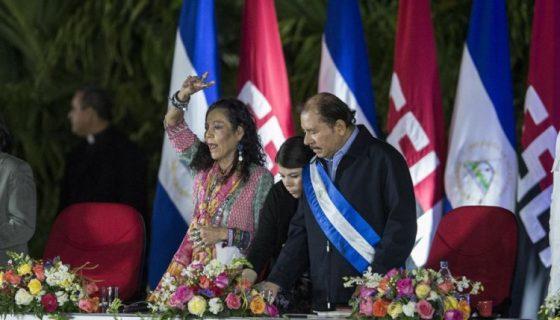 Rosario Murillo, vicepresidenta designada por el poder electoral, junto a su esposo, Daniel Ortega, también presidente designado. Bajo su mando, las ministras fustigaron a la embajadora de Estados Unidos.