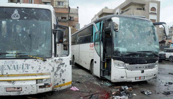La explosión ocurrió cuando los dos autobuses estaban parqueados frente a un cementerio. LA PRENSA/EFE