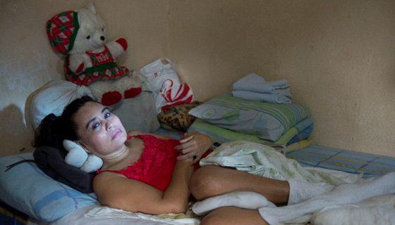 Martha Raquel Cabrera hace un mes fue intervenida para reconstruirle el glúteo izquierdo, dañado por una úlcera. Como requiere cuidados día y noche su único hijo, Gabriel, no puede trabajar por lo que sobreviven de la ayuda económica que reciben de sus amistades. LA PRENSA/U. MOLINA
