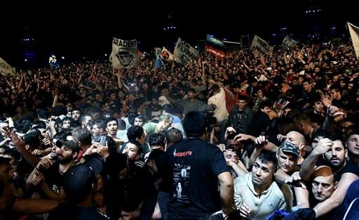 Miles de personas se reúnen durante el show del músico y escritor Carlos Alberto Solari, mejor conocido como el Indio, en La Colmena, Olavarría, provincia de Buenos Aires. LA PRENSA/AFP