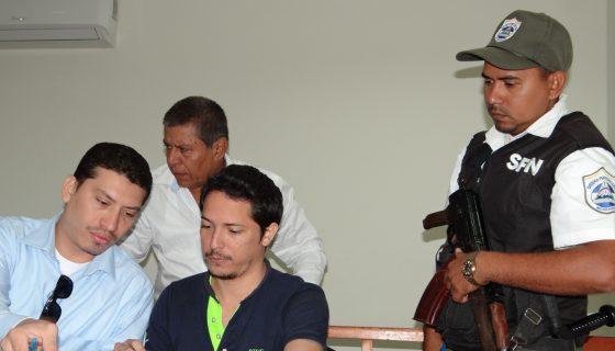 El procesado Omar Enrique Salinas Solís, mientras firma el acta de audiencia de juicio el pasado cuatro de febrero de 2017. LA PRENSA/Archivo