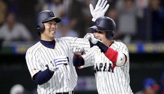 El jugador japonés Tetsuto Yamada (d) celebra junto a su compañero un jonrón durante la segunda ronda del Clásico Mundial de béisbol en un partido frente a la selección cubana disputado en Tokio, Japón, hoy, 14 de marzo de 2017. EFE/Kiyoshi Ota