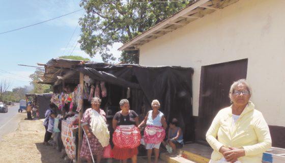 Vendedoras que llegan de diferentes partes de Nicaragua están preocupadas por la falta de agua y porque las quieren sacar de las aceras ubicadas frente al Santuario de Jesús del Rescate en Popoyuapa. LA PRENSA/R.VILLARREAL