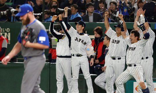 La Selección de Japón celebra previamente el triunfo sobre Israel. Foto: AP