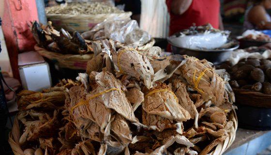 En los diferentes mercados la venta de pescados y sardinas secas son ya una tradición cada Semana Santa. LA PRENSA/CARLOS VALLE.