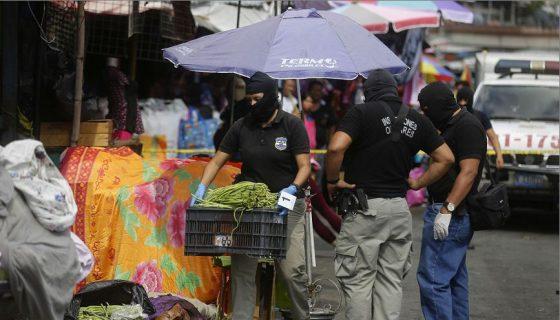 Agentes de Inspecciones Oculares de la Policía Nacional Civil (PNC) de El Salvador investigan la escena de un tiroteo que dejó al menos seis muertos. EFE