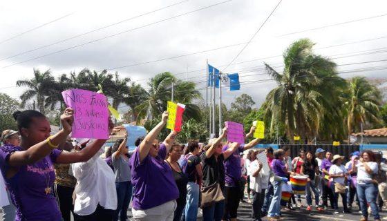 Un grupo de mujeres realiza un plantón frente a la embajada de Guatemala. LA PRENSA/E. ROMERO