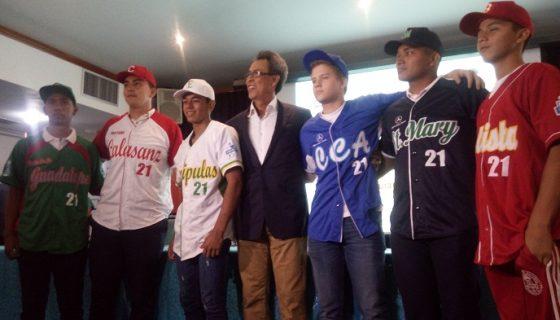 Denis Martínez (centro) junto a los seis representantes de los equipos participantes en el Perfect Game. LAPRENSA/ JNM