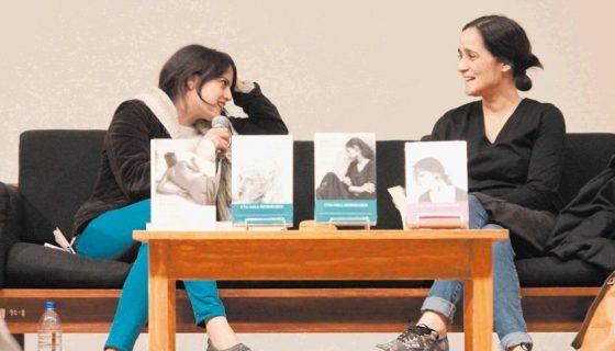 La saga de la escritora Elena Ferrante va más allá de la violencia, dijo la cantante Julieta Venegas durante un conversatorio con Brenda Lozano. LA PRENSA/EFE