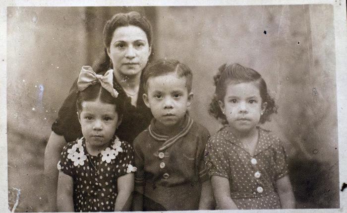 Vilma Núñez (derecha) aparece en esta imagen junto a su hermana Indiana, su hermano León y su progenitora Tomasa Núñez Ruiz. De su madre recuerda que siempre les inculcó que ellos no eran menos que nadie. LA PRENSA/ REPRODUCCIÓN