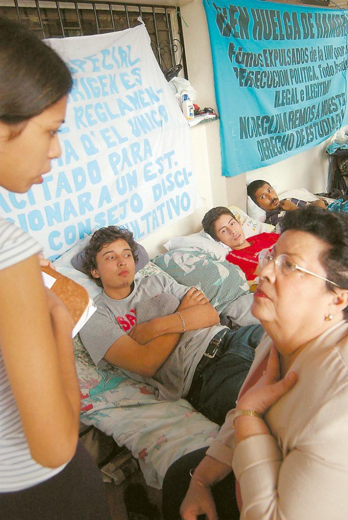 De Vilma Núñez de Escorcia se dice que ha estado acompañando a las víctimas desde el lugar de los hechos. En la imagen junto a estudiantes universitarios en huelga. LA PRENSA/ ARCHIVO