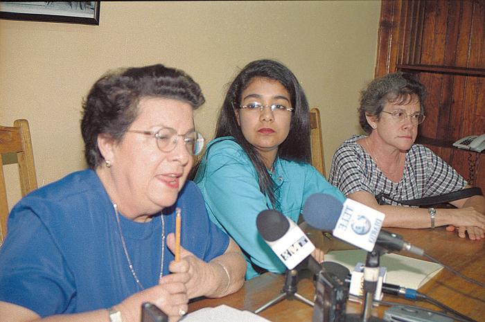 Vilma Núñez de Escorcia junto a Zoilamérica Narváez, cuando esta última denunció a Daniel Ortega por abuso sexual. LA PRENSA/ ARCHIVO