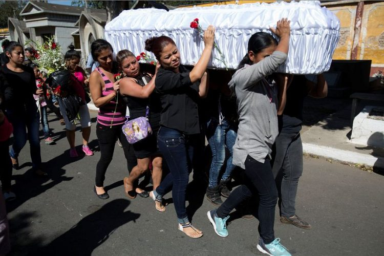 Amigos y familiares llevan el ataúd que contiene los restos de Kimberly Palencia Ortiz, de 17 años, víctima fatal del fuego del albergue juvenil en Guatemala. AP