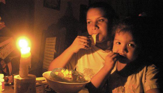 Las personas tuvieron que buscar candelas para poder cenar la noche de este viernes. GERMAN MIRANDA/LA PRENSA