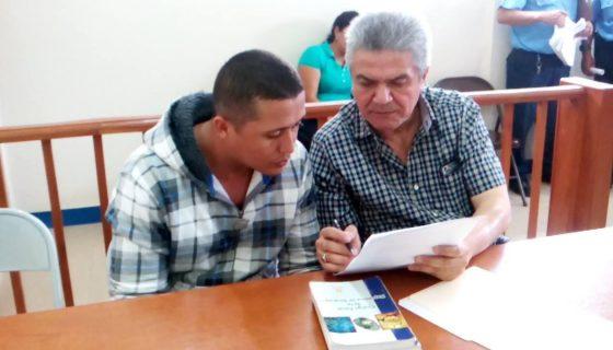 Miguel Ángel Talavera Arauz, conductor del vehículo que provocó el accidente de una ambulancia, junto a su abogado en audienci inicial. LA PRENSA/R.MORA