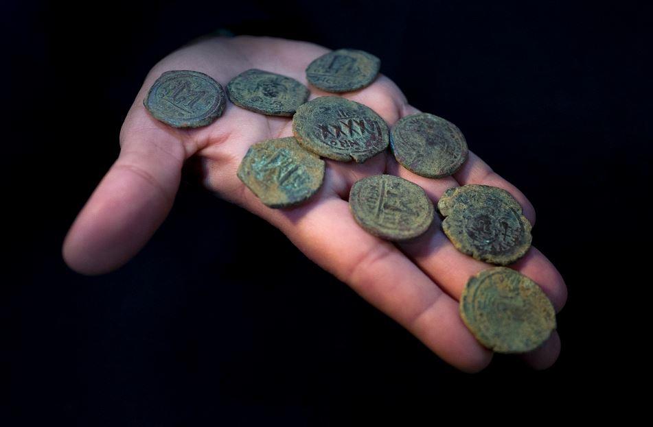 Monedas de la época bizantina encontradas cerca de Jesusalén. LA PRENSA/AFP