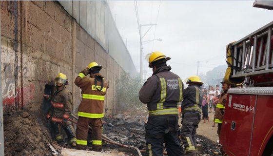 Un incendio consumió la tarde del sábado tubos de PVC, llantas, herramientas, zapatos y ropa que se encontraban en la ferretería Donald. LAPRENSA/Raquel Acosta