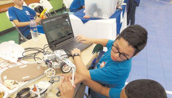 Los robots generalmente son pequeños y todos sus movimientos son programados por los alumnos desde una computadora. LA PRENSA/J. BRAVO