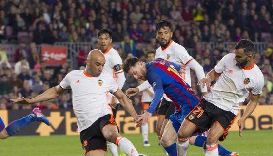 El atacante Lionel Messi es encerrado por el tunecino Aymen Abdennour, el argentino Ezequiel Garay y el español Martín Montoya. LAPRENSA/ EFE