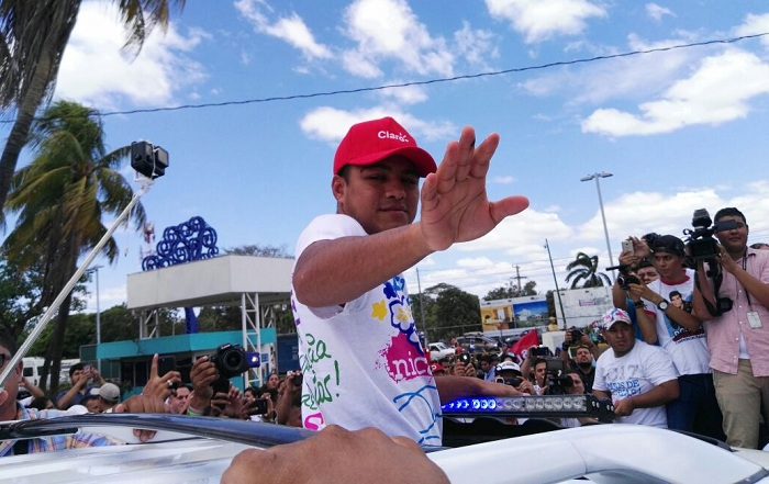 """Román """"Chocolatito"""" González fue recibido por cientos de aficionados a su arribo al país. LA PRENSA/BAYRON SAAVEDRA"""