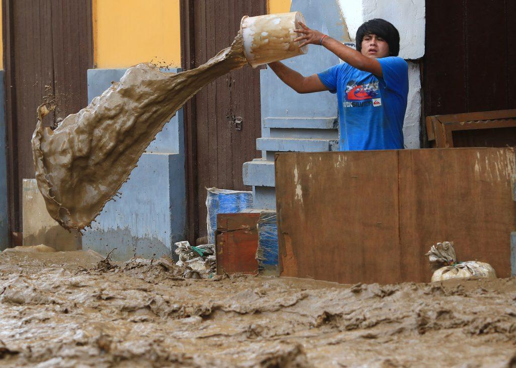 El fenómeno climático de El Niño está haciendo que los ríos se desborden por toda la costa peruana, trayendo lodo, ramas y escombros. Hasta el momento se contabilizan 72 muertos y decenas de personas desaparecidas. La mayoría de las ciudades afectadas se enfrentan a la escasez de agua potable. LA PRENSA/AFP