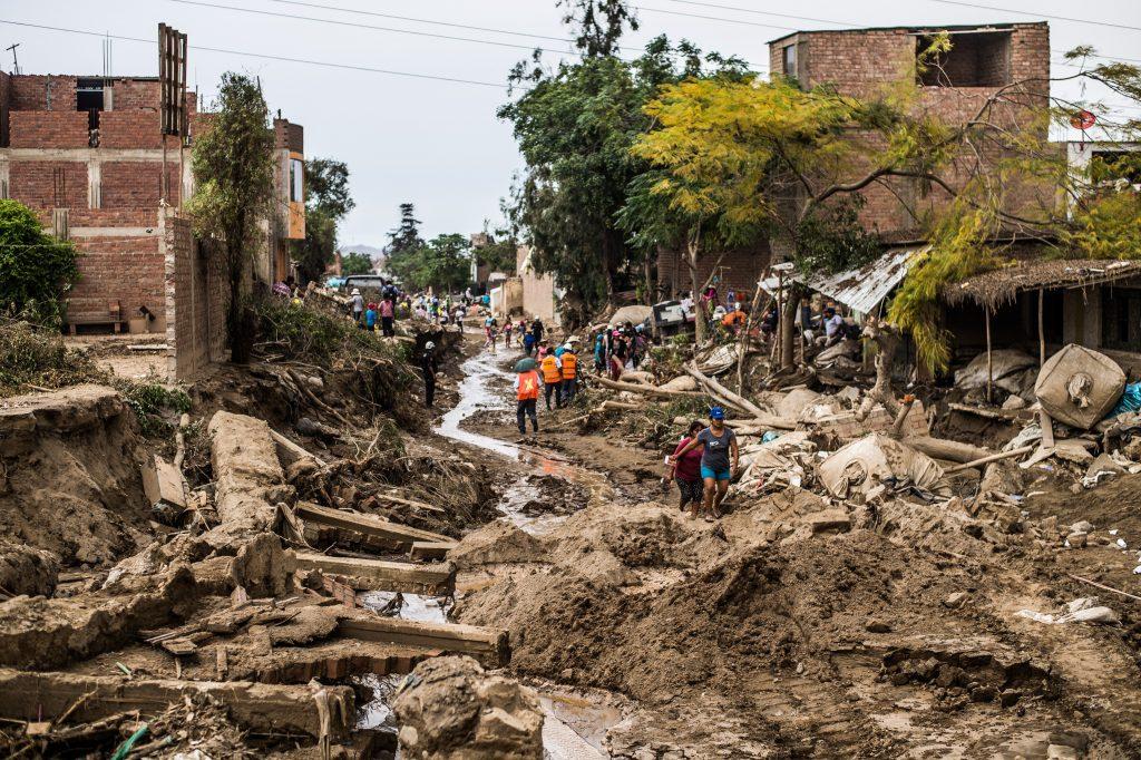 Parte del daño causado por las inundaciones repentinas en el distrito de Huachipa, al este de Lima, Perú. El presidente peruano, Pedro Pablo Kuczynski, ya decretó Estado de Emergencia Nacional. Diferentes países ya anunciaron que enviarán ayuda humanitaria para superar la crisis. LA PRENSA/AFP