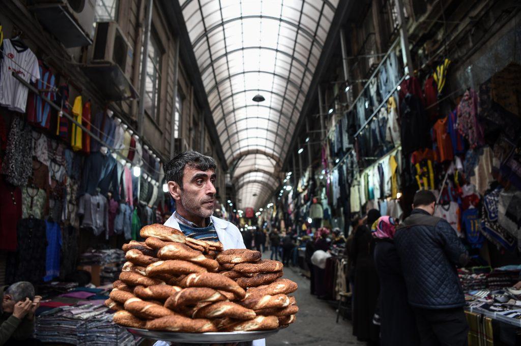 """Un vendedor ambulante intenta comercializar el tradicional pan turco, conocido como """"Simit"""", en un mercado de Estambul. Los ciudadanos de Turquía votarán, el próximo 16 de abril, sobre si se debe cambiar el actual sistema parlamentario en una presidencia ejecutiva. LA PRENSA/AFP"""