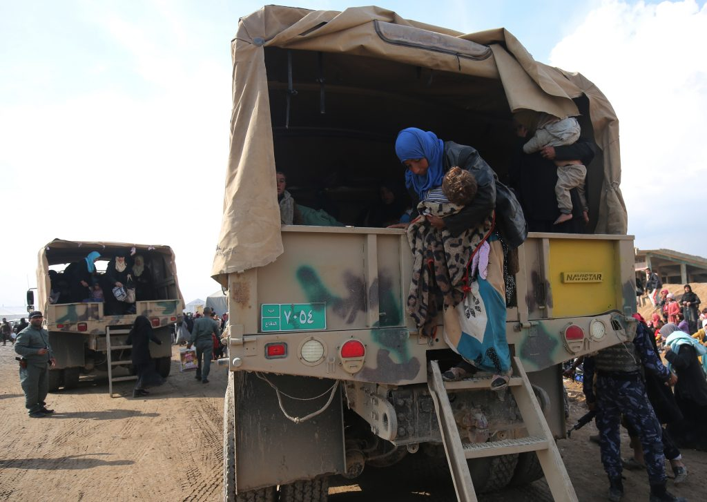 Los iraquíes desplazados de Mosul llegan al campamento de Hamam al-Alil, durante la ofensiva en curso de las fuerzas gubernamentales para recuperar las partes occidentales de la ciudad, la cual está apoderada por los combatientes del grupo Estado islámico. LA PRENSA/AFP