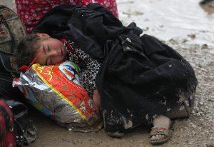 Un niño iraquí descansa mientras los residentes de Mosul llegan al campamento de desplazados Hamam al-Alil. Hasta el momento las fuerzas gubernamentales ya han recuperado algunos barrios que estaban apoderados por el Estado Islámico. LA PRENSA/AFP