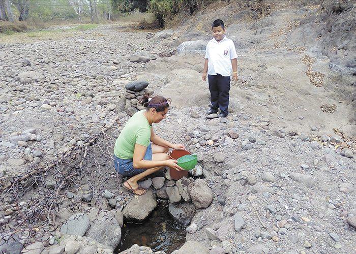 Piedra y polvo se observan en el río Estelí. Para solucionar la escasez de agua se han abierto huecos en el río. LA PRENSA/R.MORA