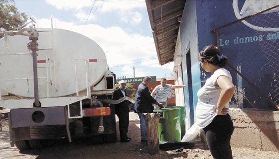 En comunidades de La Trinidad se aprecian los barriles a la espera de que lleguen las pipas de Enacal o de la municipalidad. Solo es posible llenar dos o tres, para que todos reciban agua. LA PRENSA/R. MORA