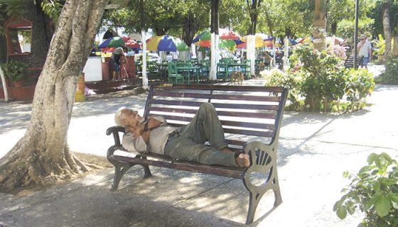 Los indigentes siguen usando las bancas para dormir. LA PRENSA/ L. VARGAS