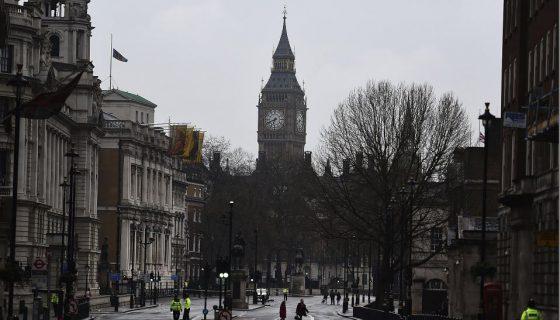 Un cordón policíal impide el acceso a la calle Whitehall en los alrededores del Parlamento de Londres. EFE
