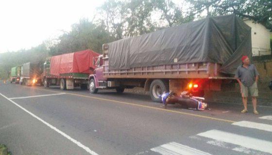 Así quedó la moto debajo de uno de los camiones que trasladaba víveres desde la Costa Caribe hacia la zona norte de país. LA PRENSA/R. Mora