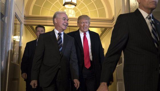 El presidente de Estados Unidos, Donald Trump (d), y el secretario de Salud estadounidense, Tom Price. EFE