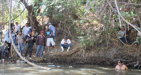 Familiares y vecinos luchan para encontrar el cuerpo de José de la Cruz García. LA PRENSA/Cortesía Canal 87 de Sébaco.