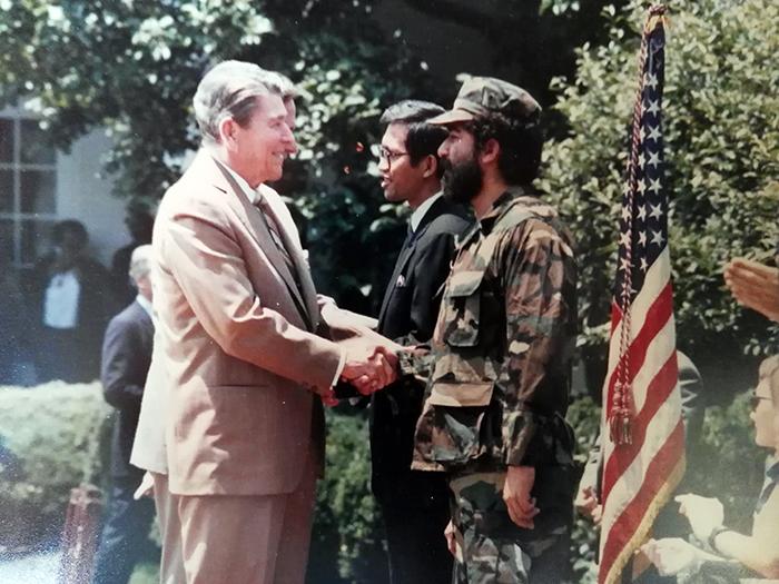 Enrique Zelaya Cruz saluda al presidente de Estados Unidos, Ronald Reagan. Foto: Cortesía / La Prensa