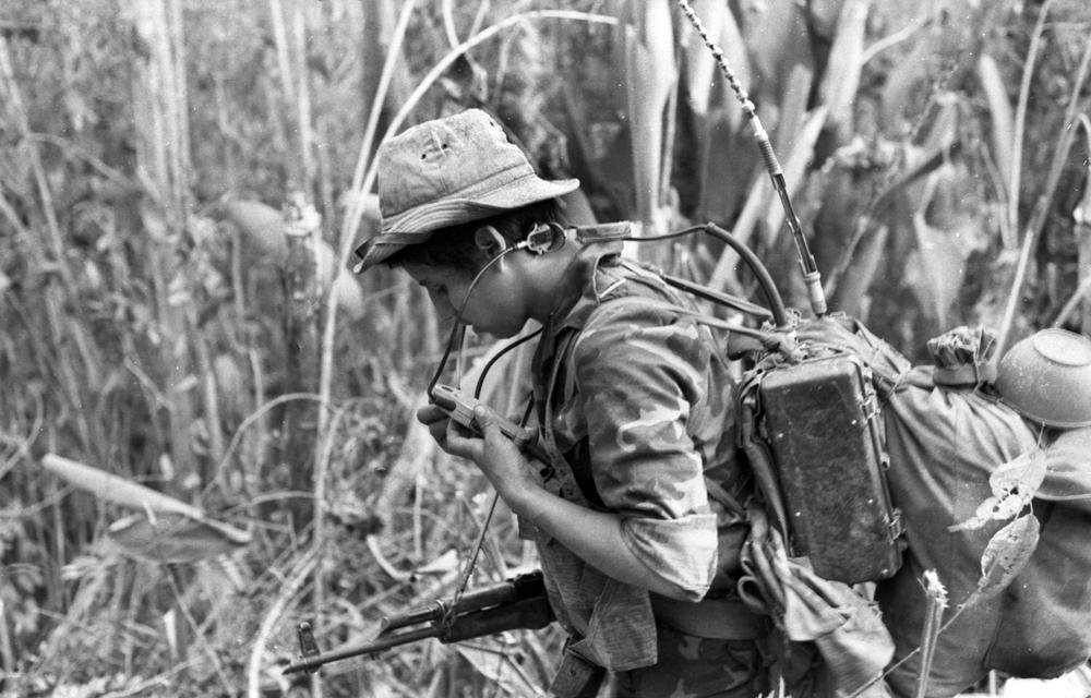 Alberto Bracamontes usando radio en la guerra. Foto: Cortesía - Archivo personal de Óscar Navarrete.