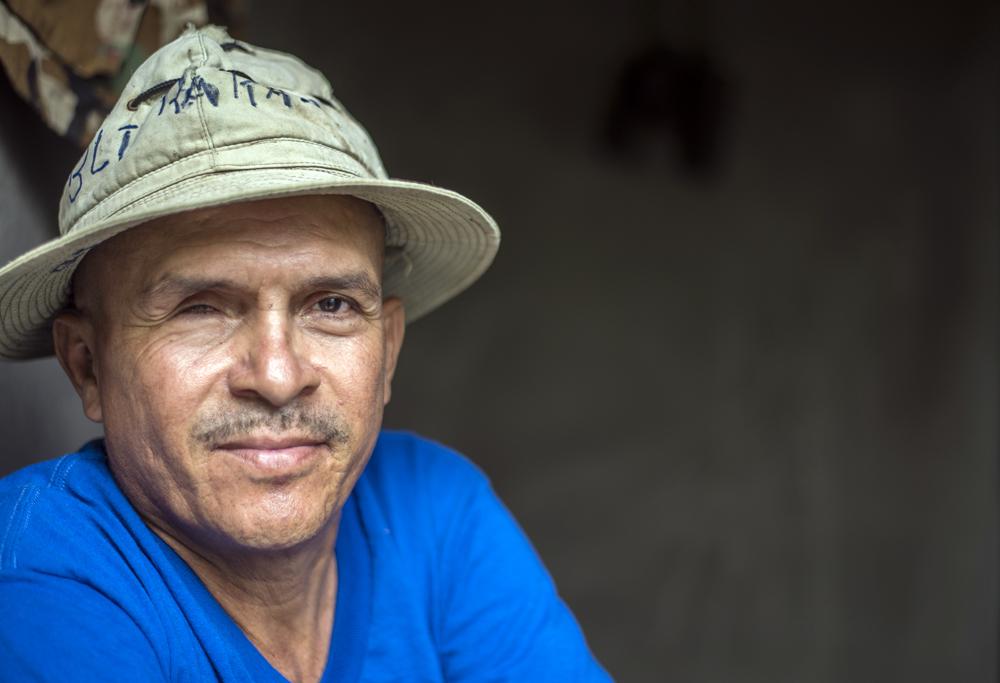 Reynaldo Esquivel perdió su ojo derecho por una granada que le lanzó la contra. Posa para la fotografía en su casa en Esquipulas, Masaya. Foto: Óscar Navarrete / La Prensa.