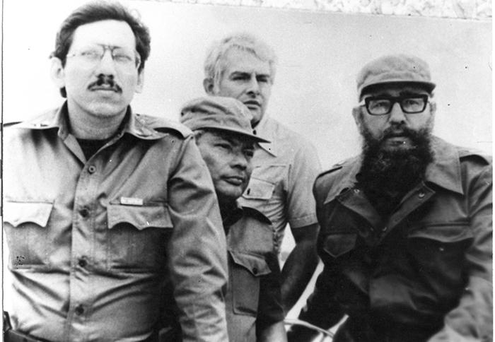 Humberto Ortega, Tomás Borge y Fidel Castro. Atrás, Roberto Sánchez Ramírez. 1980, mientras navegaban en el lago de Granada. Foto: La Prensa