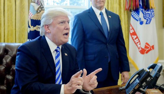 El presidente Donald Trump reacciona después de que los republicanos cancelaran el voto sobre el nuevo plan sanitario. LA PRENSA/EFE
