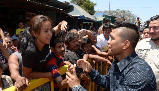 """Roman """"Chocolatito"""" González compartió con sus seguidores en el Mercado Oriental este viernes. Foto: LA PRENSA/ MANUEL ESQUIVEL"""
