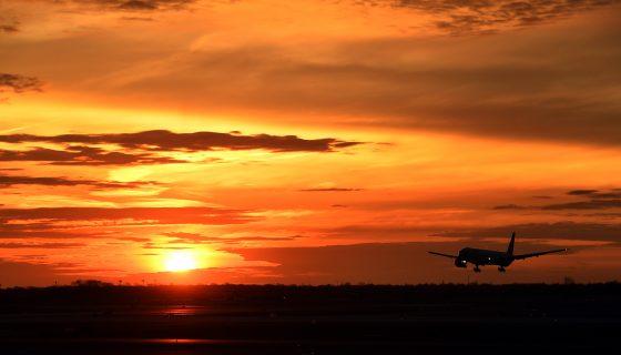 Un avión de pasajeros aterriza al amanecer en el aeropuerto internacional John F. Kennedy en Nueva York, Estados Unidos. LA PRENSA/AFP