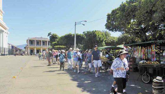 Centenares de turistas extranjeros están entrando a la ciudad de Granada desde la semana pasada, mientras el sector comercio se queja de malas ventas. LA PRENSA/ L.VARGAS