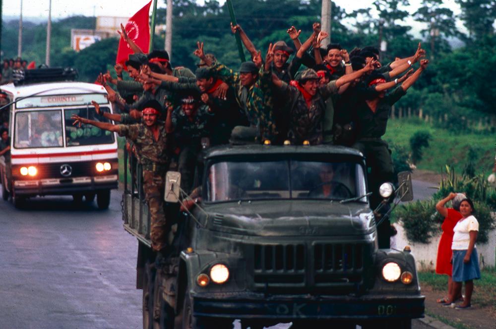 Jóvenes combatientes siendo movilizados durante la guerra de los años ochenta en Nicaragua. Foto: Cortesía - Archivo personal de Óscar Navarrete / La Prensa.