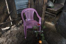 La silla en la que estaba sentada Ángela Herrera cuando fue asesinada por su expareja Benito Filemón Gutiérrez. Detrás de la silla se observan las tablas que quedaron impregnadas de sangre. En el lugar las familias y amistades de Ángela levantaron una especie de altar y todos los días rezan por el bien del alma de Ángela. LA PRENSA/ ÓSCAR NAVARRETE