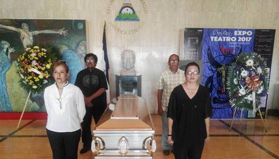 Teatristas, amigos y familiares hacen guardia de honor durante el homenaje póstumo al actor y dramaturgo Luis Harold Agurto.LAPRENSA/OSCAR NAVARRETE