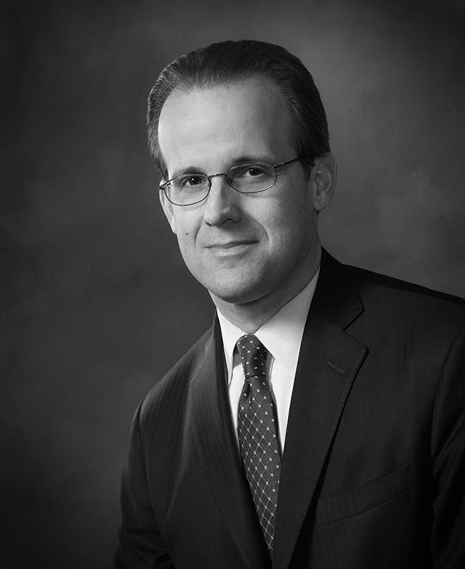 El abogado Jason Poblete, al analizar la iniciativa Nic Act. LA PRENSA/CORTESÍA
